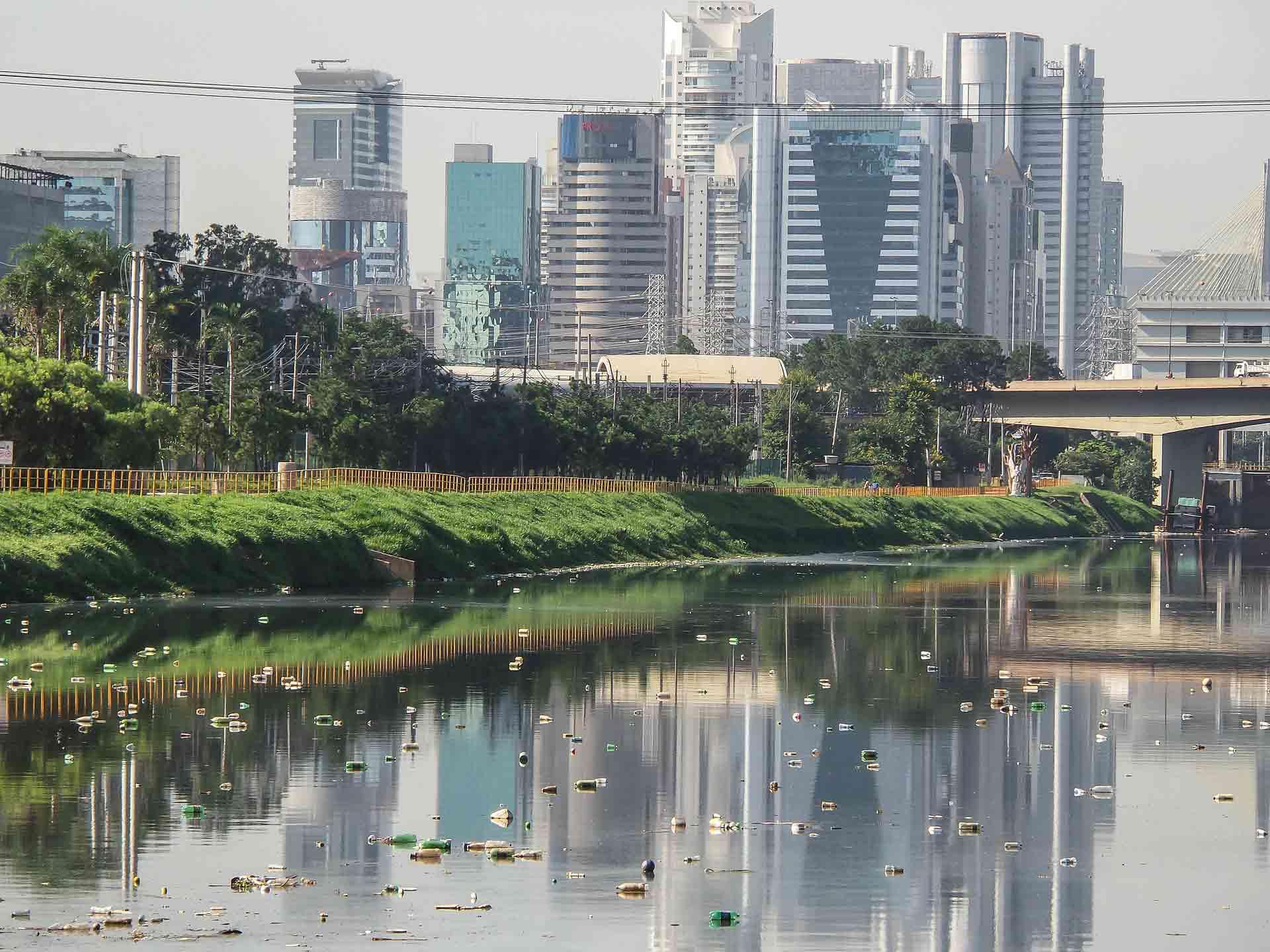 Na cidade mais rica do Brasil, trabalha para limpar um rio imundo