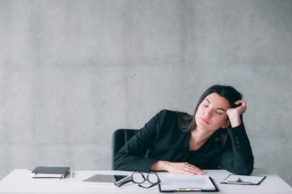 quais-maneiras-ma-noite-sono-prejudicar-trabalho